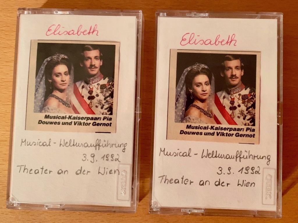 Selbst gebastelte Cover der beiden Kassetten auf die ich die Radioübertragung der Prämiere des Musicals Elisabeth am 3. September 1992 aufgenommen habe.
